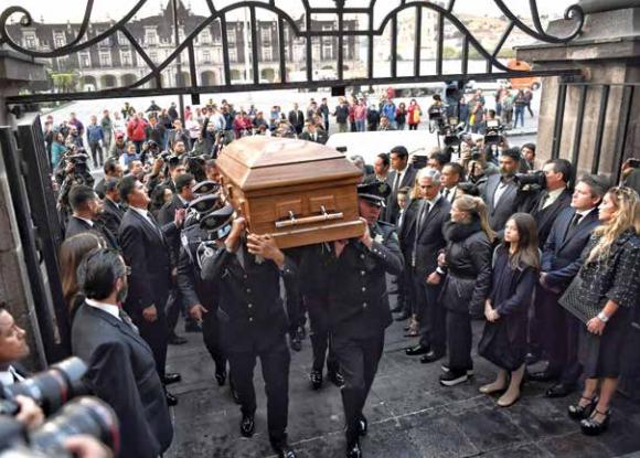 En la Catedral de Toluca, el obispo Francisco Chavolla ofició la ceremonia. FOTO: ÉDGAR LÓPEZ