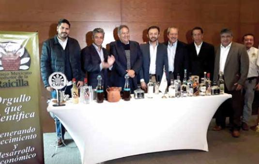 Alfredo Cachúa, titular del CMPR, (tercero de izq. a der.), en reunión con productores.