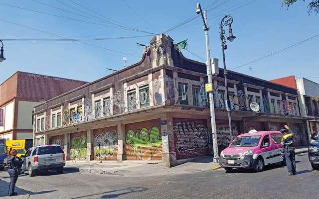 La edificación ubicada en Bolívar y San Jerónimo sufre daños mayores debido a la pintura en aerosol. Foto: Lizeth Gómez De Anda /El Heraldo de México.