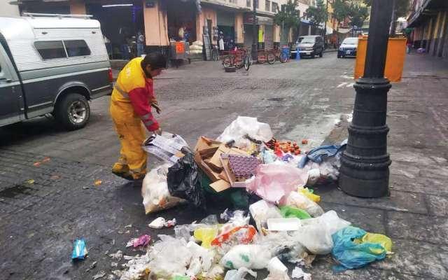 SEPARACIÓN. Algunos de los tiraderos son provocados por los separadores de basura que lo hacen en la calle. Foto: Especial.