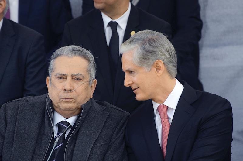 El gobernador mexiquense, con su padre, en diciembre de 2017.  FOTO: ARTEMIO GUERRA BAZ /CUARTOSCURO.COM