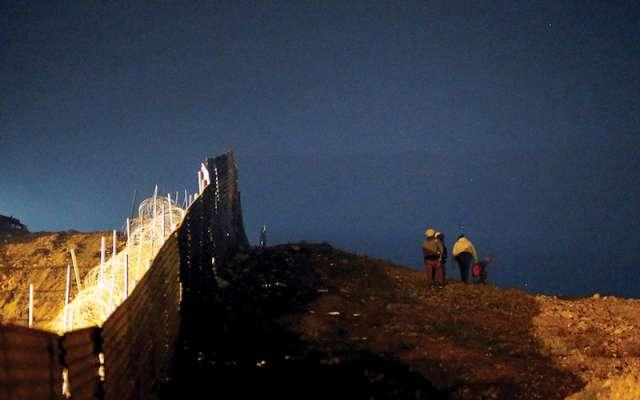 Las barreras físicas no han frenado el movimiento de personas. Foto: Reuters