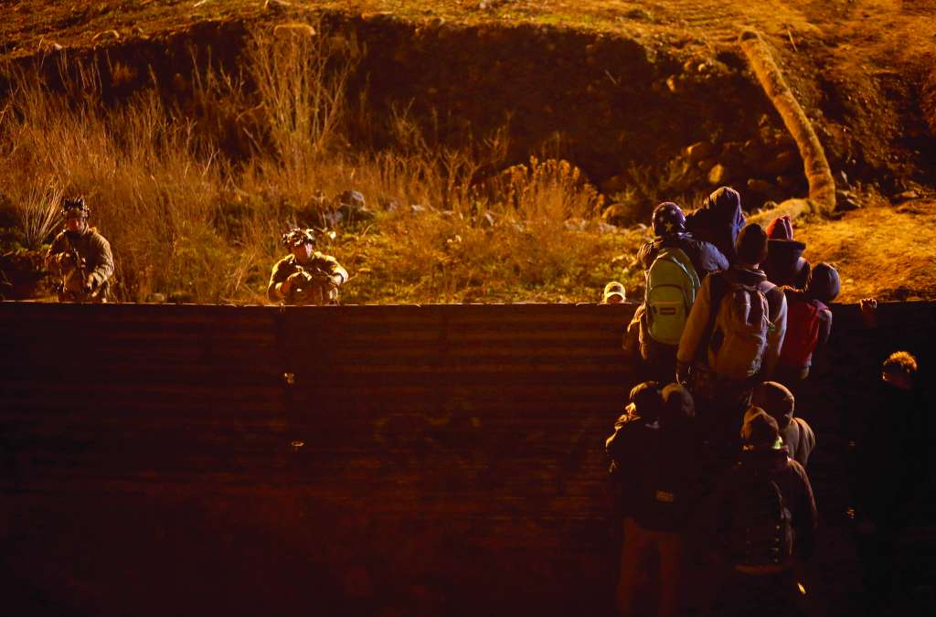 MEDIDA. Elementos estadounidenses pararon el intento de cruce, la madrugada de Año Nuevo. Foto: REUTERS