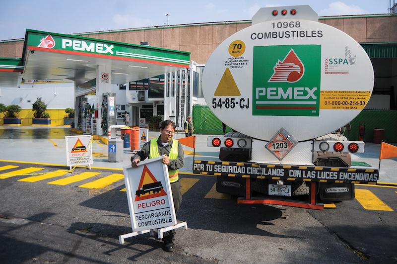 Las pipas deben descargar directamente en las gasolineras. FOTO: ARCHIVO/ CUARTOSCURO