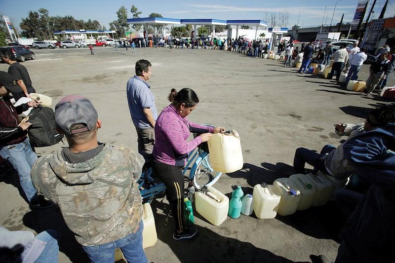 SALAMANCA. Hasta contenedores de dos litros servían para comprar combustible. REUTERS/Daniel Becerril