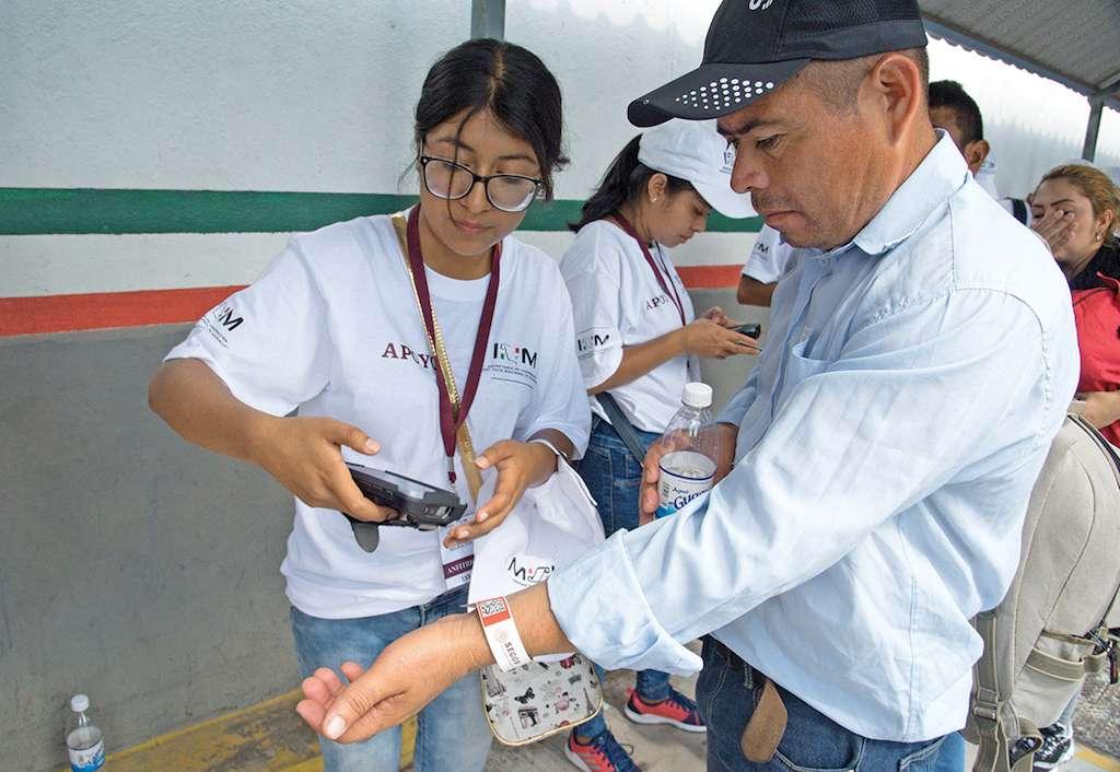Migrantes hondureños realizan tramites para ordenar su estancia en México este jueves, en el municipio de Suchiate, en Chiapas.  EFE/Rodrigo Pardo