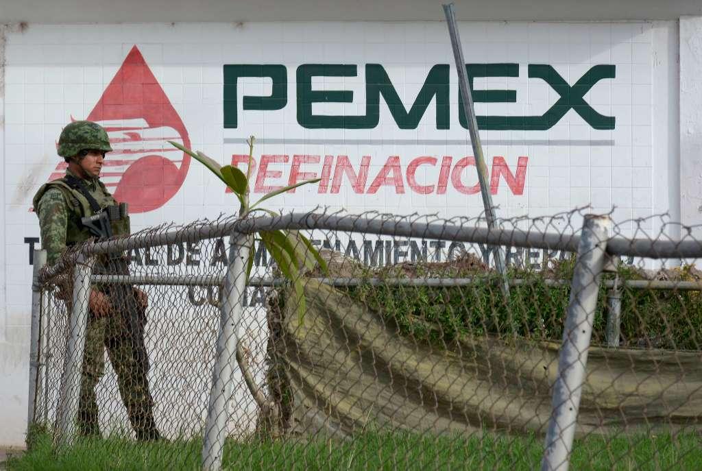 De acuerdo con trabajadores de Pemex, los militares están revisando las pipas y la documentación de toda unidad que sale con combustible de esas plantas, para tratar de detectar alguna irregularidad. FOTO: JUAN CARLOS CRUZ /CUARTOSCURO