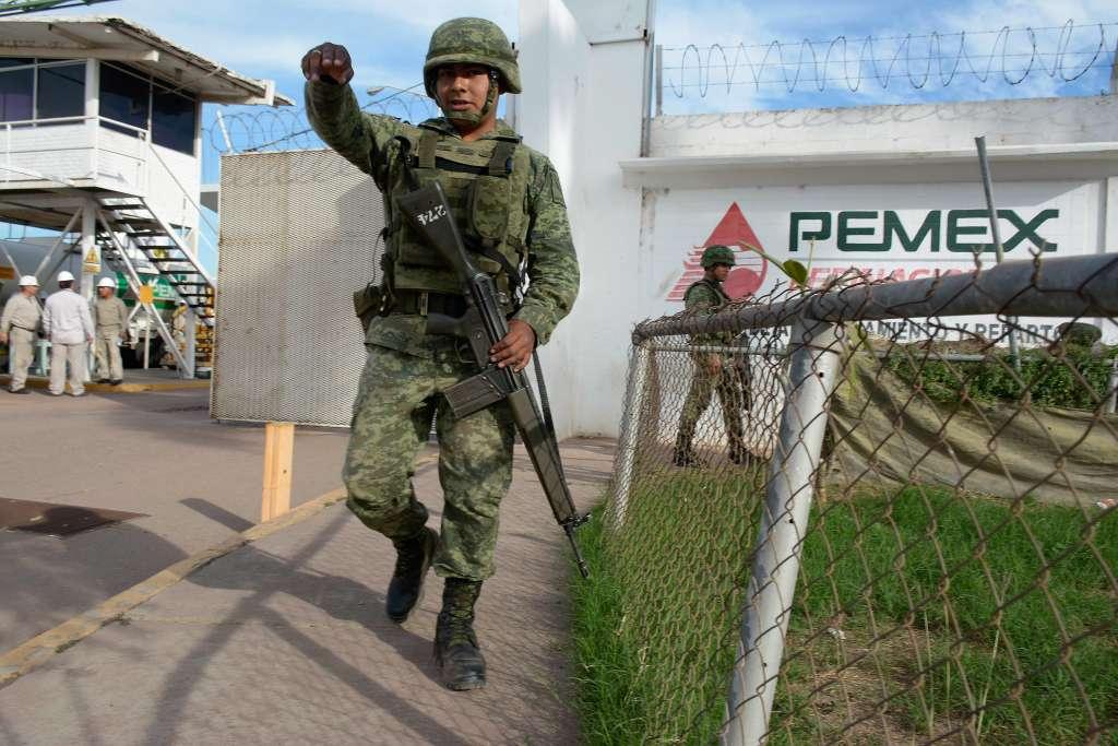 Desde este día decenas de elementos militares resguardan las instalaciones de Pemex en Culiacán, Guamúchil y Topolobampo. FOTO: JUAN CARLOS CRUZ /CUARTOSCURO