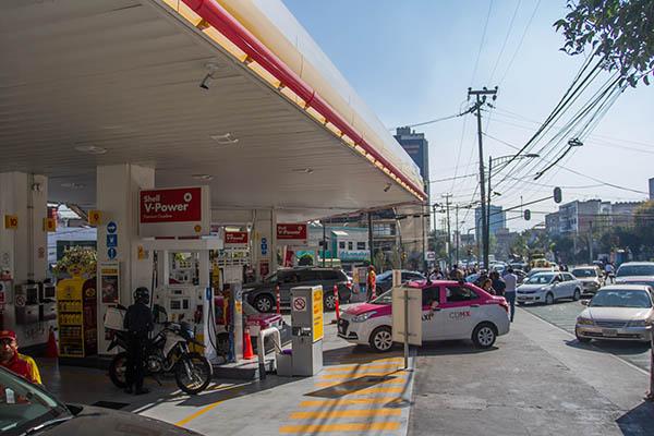 Ante el desabasto de gasolina que se vive en diversos estados del país, en redes sociales ha revivido el debate sobre cuál es la palabra correcta para llamar a los establecimientos donde se vende combustible. FOTO: CUARTOSCURO