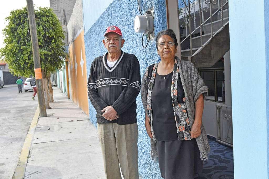José Ávalos y Belén Cruz, de los primeros beneficiados del programa de pensiones. Foto: Edgar López / El Heraldo de México.