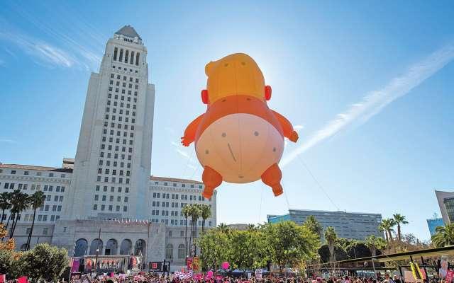 Cientos de mujeres protestaron el sábado en Los Angeles, por sus derechos y contra el gobierno de Trump. Foto: AFP