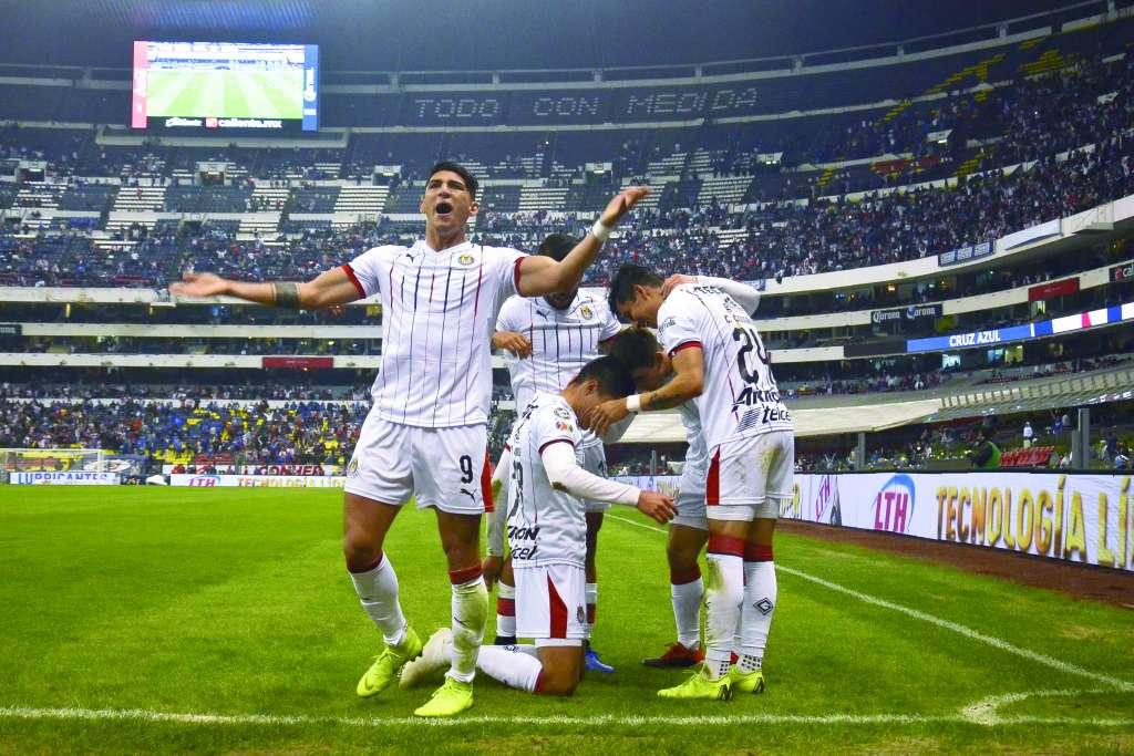 JÚBILO. Los tapatíos celebraron en un Azteca que sólo tuvo una asistencia de 32 mil 881 aficionados. Foto: MEXSPORT