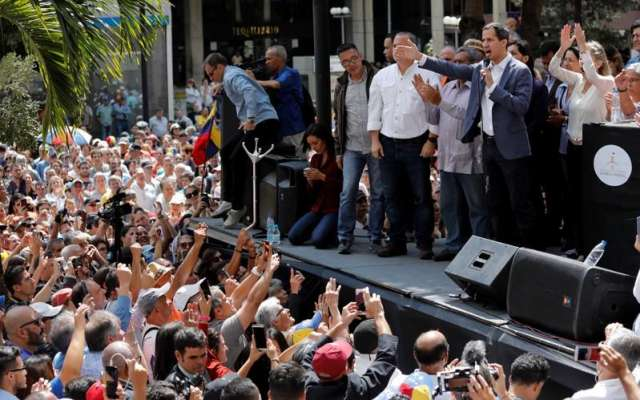 RECHAZO. Opositores a Maduro respaldaron ayer a Juan Guaidó, presidente del Parlamento. Foto:  REUTERS
