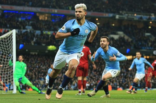 Manchester City revivió al imponerse el jueves por 2-1 sobre Liverpool, que sufrió su primera derrota de la temporada. Foto: AP