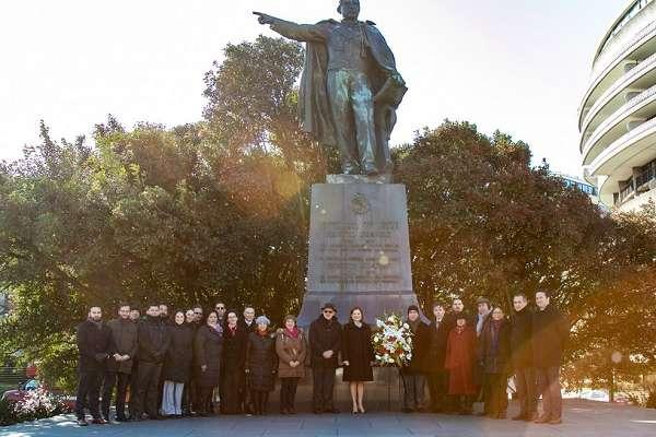 Al término de la presentación de sus cartas credenciales, la Embajadora se trasladó a la estatua de Benito Juárez en Washington, D.C., donde colocó una ofrenda floral. Foto: Especial