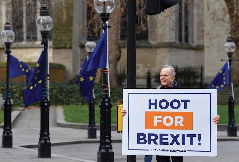 Un manifestante pro-Brexit sostiene un cartel cerca de las Casas del Parlamento. Foto: Reuters