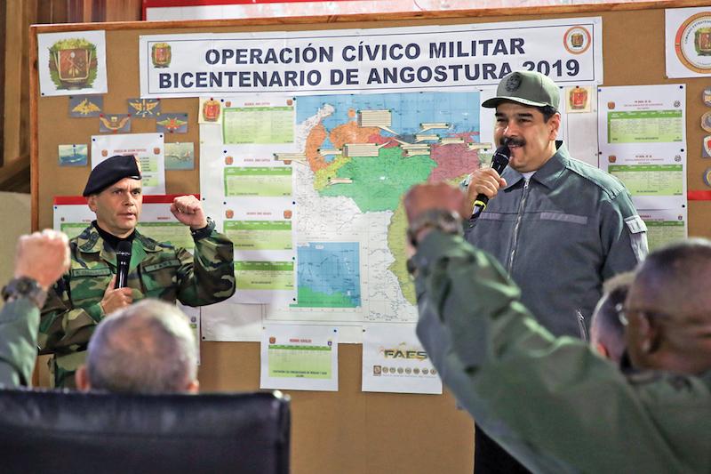El presidente Maduro se reunió el pasado martes con miembros del Ejército, quienes le ofrecieron su apoyo. Foto: AFP