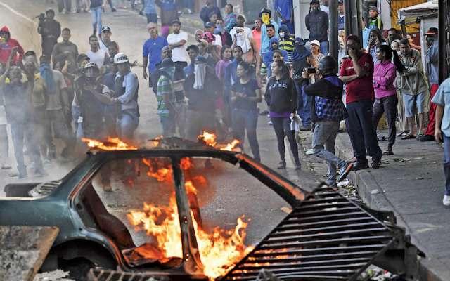 Fuerzas del orden contuvieron a civiles que tomaron las calles para apoyar al ejército. YURI CORTEZ / AFP