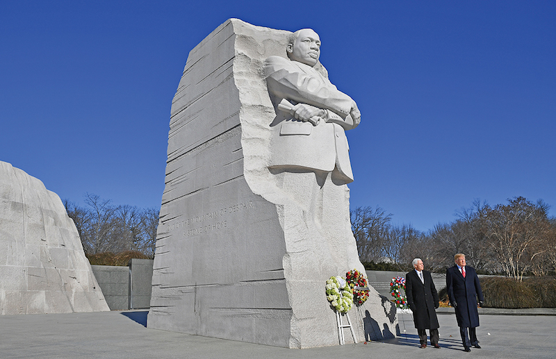 TRUMP. Hizo una breve visita al monumento de Martin Luther King Jr. Foto: AFP