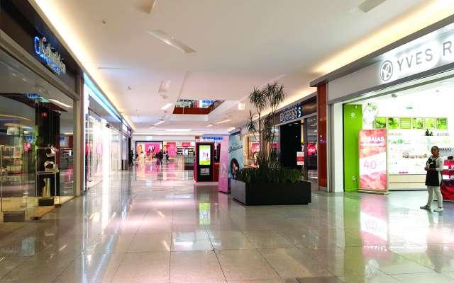 La plaza comercial Parque Delta, ubicada en avenida Cuauhtémoc, cerca del mediodía, registró una baja afluencia de visitantes que fue inusual para un fin de semana. Foto:  CARLOS NAVARRO