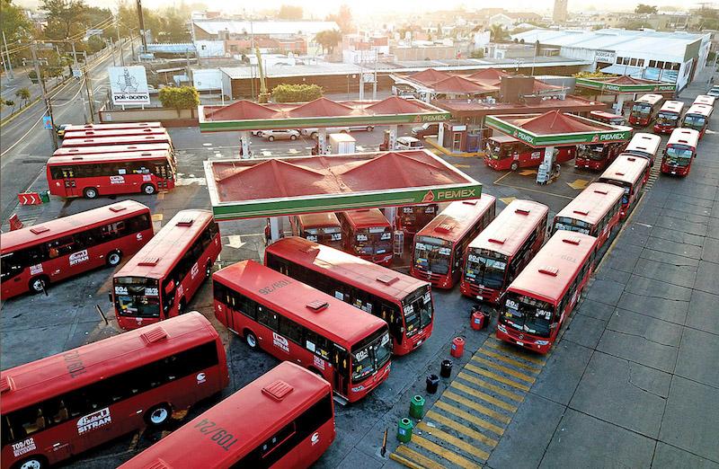 Conductores del transporte articulado de Guadalajara, Jalisco, aprovechan la escasez de gasolinas Magna y Premium para abastecer a sus unidades de diésel. Foto: AFP