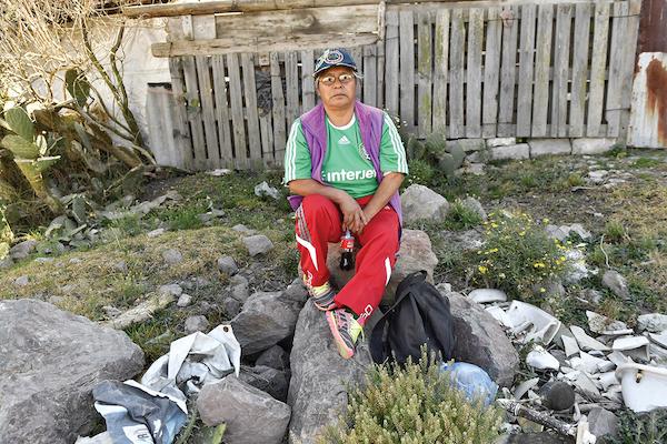 Doña Isabel Rosas está en contra del robo de combustible, sin embargo, no piensa denunciar, pues le da miedo, prefiere educar mejor a su familia. Foto: Edgar López / El Heraldo de México.