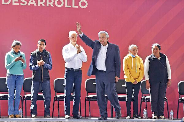 El presidente Andrés Manuel López Obrador estuvo acompañado por el gobernador del Edomex, Alfredo Del Mazo, en la entrega de apoyos sociales. Foto: Especial