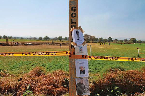 Los familiares de las víctimas han colocado fotografías de sus desaparecidos en los postes por donde pasa el ducto que explotó. Foto: NOTIMEX