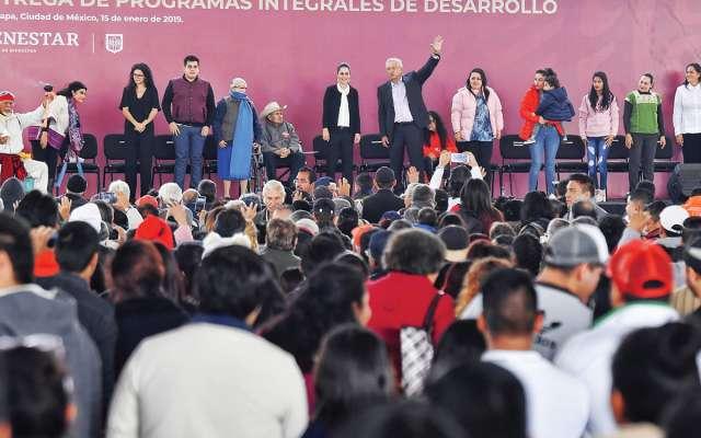 El presidente López Obrador hizo el anuncio en Iztapalapa, junto a Claudia Sheinbaum. Foto: Edgar López / El Heraldo de México.