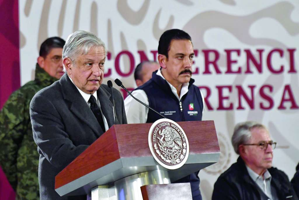 El mandatario y parte de su gabinete ofrecieron ayer dos conferencias de prensa para explicar la situación. FOTO: EDGAR LÓPEZ