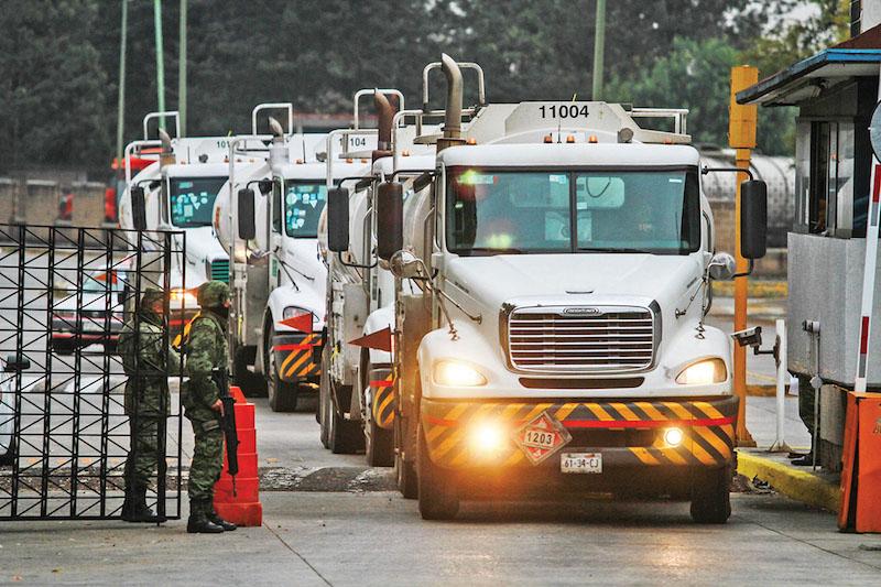 La Canacar pidió al gobierno federal los apoye en brindar mayor seguridad para sus autotanques que trasladan el combustible en el país. Foto: Notimex