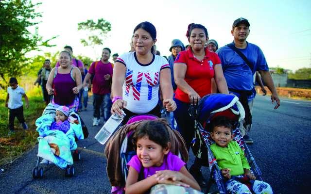 Decenas de madres migrantes caminaron empujando a sus hijos rumbo a Huixtla, Chiapas. FOTO: REUTERS