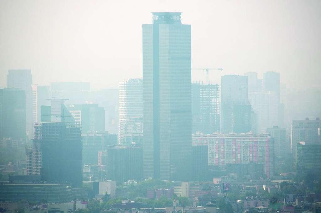 CIUDAD DE MÉXICO, 01ENERO2019.- La secretaría del Medio Ambiente capitalina informó que debido a los altos índices de contaminantes se activó la fase 1 de contingencia ambiental en la zona metropolitana del Valle de México, esto debido a que se presentaron emisiones generadas por juegos pirotécnicos, fogatas y quemas de otros materiales que incrementaron los niveles de contaminación. FOTO: DIEGO SIMÓN SÁNCHEZ /CUARTOSCURO.COM