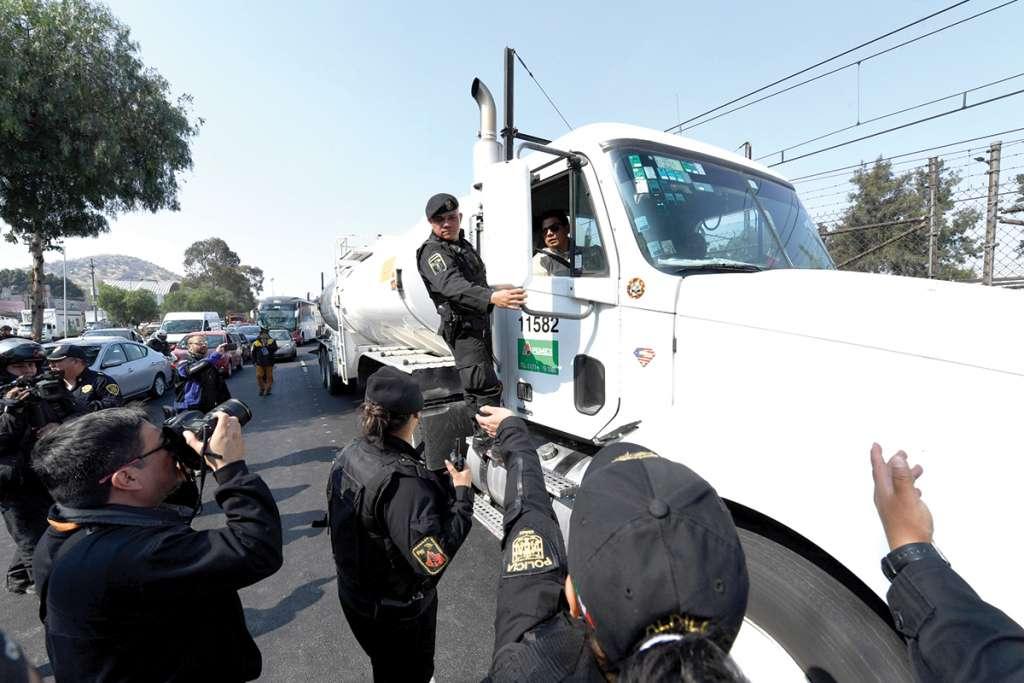 Un grupo de manifestantes bloqueó la calzada Ignacio Zaragoza, en la alcaldía Iztapalapa, por el desabasto de gasolina. FOTOS: LESLIE PÉREZ