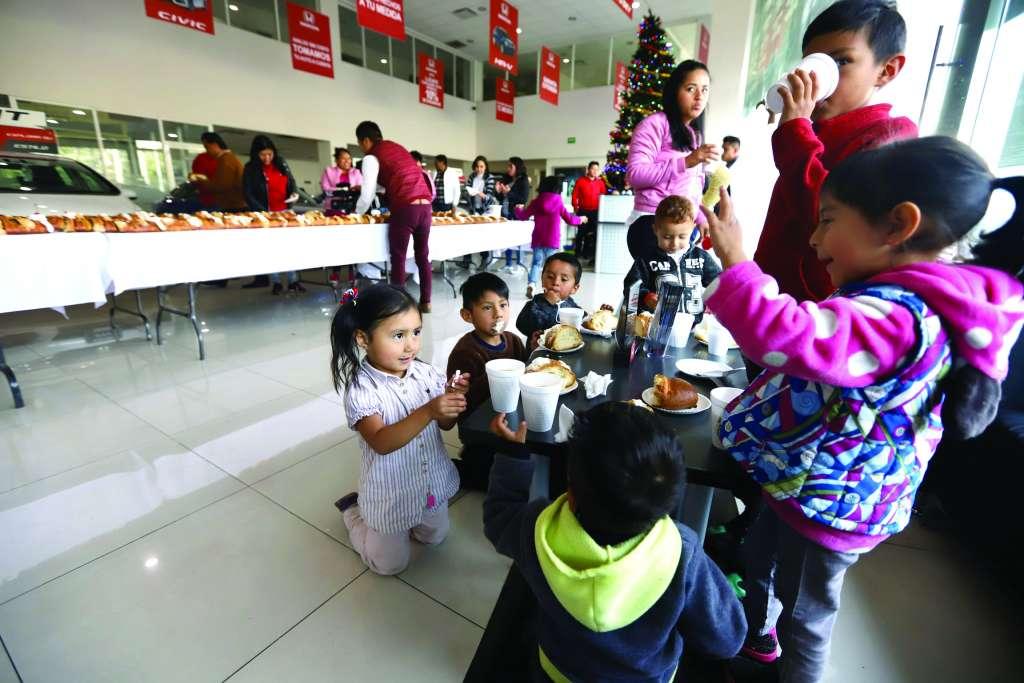 Los menores disfrutaron la tradicional rosca de Reyes. FOTOS: VÍCTOR GAHBLER