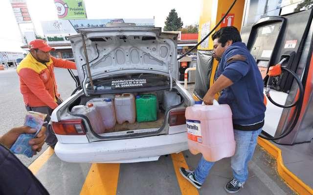 La falta de producto en las gasolineras es palpable y el nerviosismo de consumidores cunde. Foto: Leslie Pérez / El Heraldo de México.