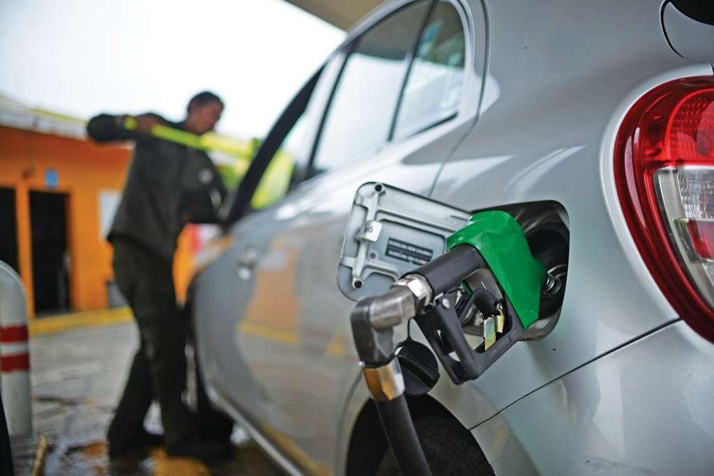 Actualmente los funcionarios del gobierno federal reciben vales para pagar la gasolina de sus vehículos. FOTO: ALBERTO ROA /CUARTOSCURO