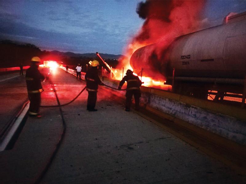 Una pipa que transportaba combustible en la Autopista del Sol (México- Acapulco), se incendió ayer. No se perdió el inflamable, y el chofer salió ileso. Foto: Especial.