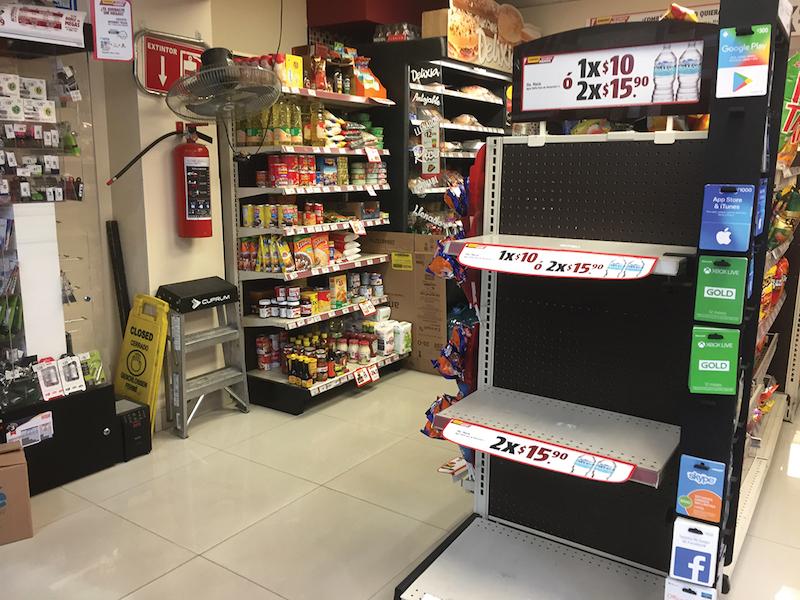 En tiendas de conveniencia ya se observan anaqueles vacíos o por vaciarse debido a la falta de combustible que afecta a los transportistas, principalmente de alimentos, según reportes de nueve estados. Foto: Especial.