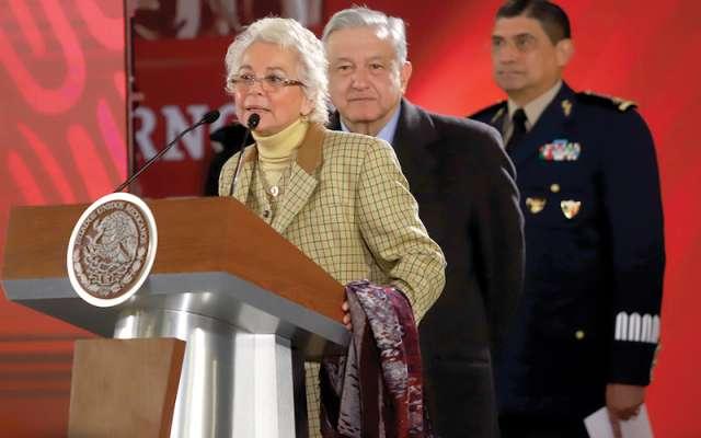 Olga Sánchez Cordero y López Obrador pidieron paciencia a la ciudadanía por el desabasto de combustibles. Foto: Víctor Gahbler / El Heraldo de México