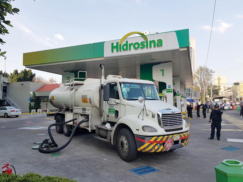 A las 16:15 horas, una pipa proveía combustible en la estación de servicio ubicada en Insurgentes y Reforma. Foto: Lizeth Gómez De Anda.