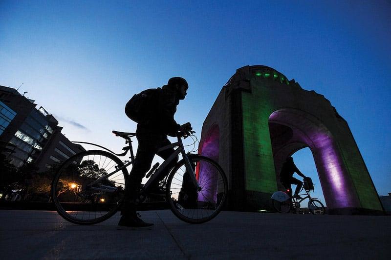Pepe es un ciclista con conocimiento de mecánica que suele ayudar a otros en aprietos; es uno de los capitalinos que obsequia su tiempo y expertise. Foto: Leslie Pérez / El Heraldo de México.