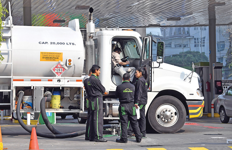 El momento de mayor alivio entre los automovilistas que hacen filas en las estaciones de servicio es cuando llega la pipa surtidora de gasolina. Foto: Pablo Salazar Solís / El Heraldo de México.