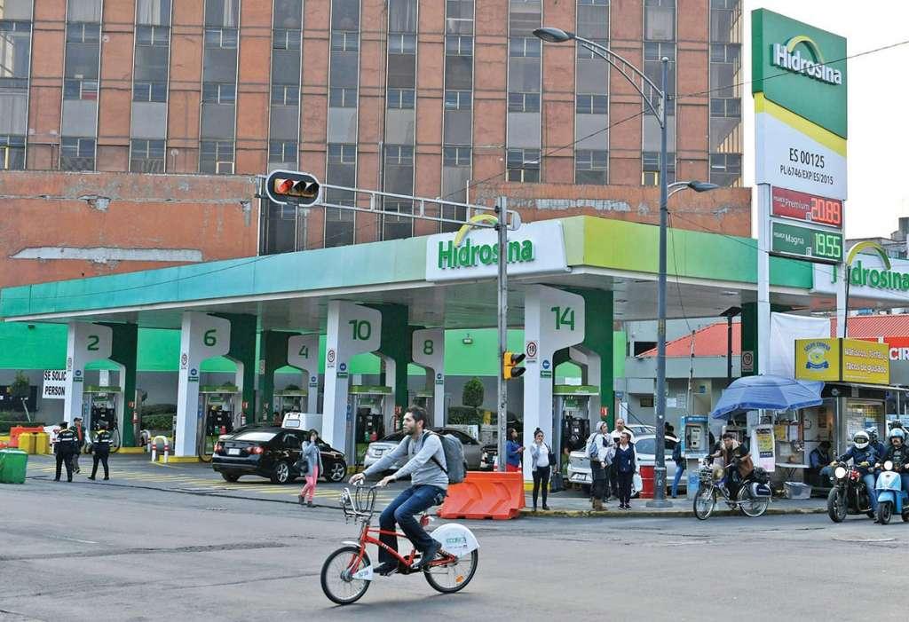 En la gasolinera de Insurgentes y Reforma el servicio se regularizó; ya no se ven las filas de automovilistas a la espera de poder surtirse. Foto: Víctor Gahbler / El Heraldo de México