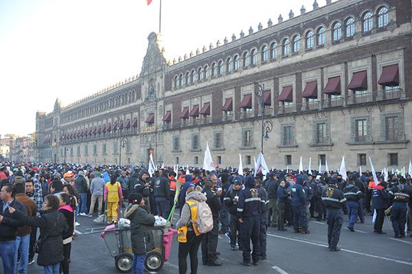 El Sindicato de Bomberos instaló un plantón en el Zócalo capitalino. FOTO: CUARTOSCURO