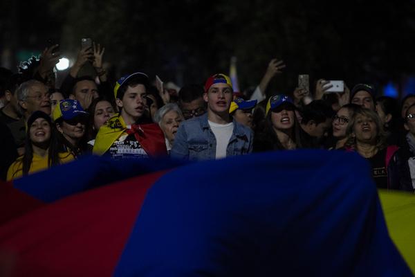 Decenas de venezolanos se dieron cita frente a su embajada para expresar su apoyo, al recién declarado presidente interino Juan Guaidó.  FOTO: GALO CAÑAS/CUARTOSCURO.COM