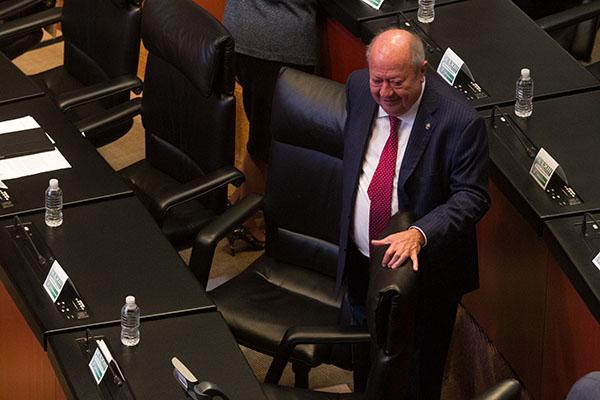 El líder petrolero Carlos Romero Deschamps en la sesión en la Cámara de Senadores. FOTO: CUARTOSCURO