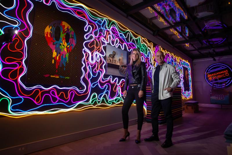 """""""Las mexicanadas de Rubicó"""", es el nombre de su primer sala, en la que llama la atención una pared con luces neón"""