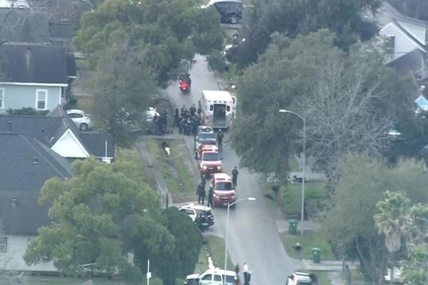 Los oficiales rodearon una camilla después de que una ambulancia llegó a la escena del crimen en el sureste de Houston.  Foto:  @KHOU