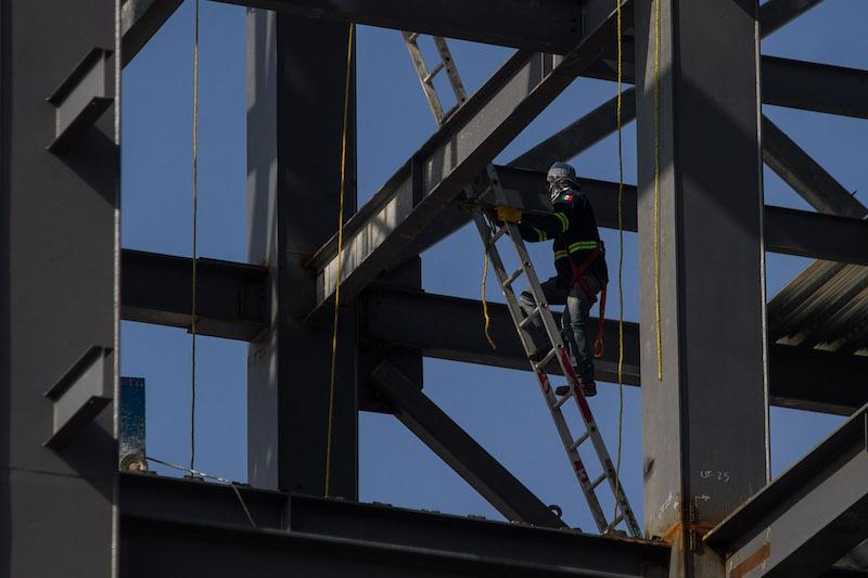 Un obrero trabaja en la construcción de un edificio en la delegación Benito Juárez.  FOTO: ISAAC ESQUIVEL /CUARTOSCURO.COM